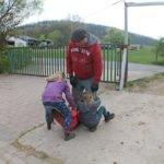 Die Kinder sind erschöpft und lassen sich tragen.